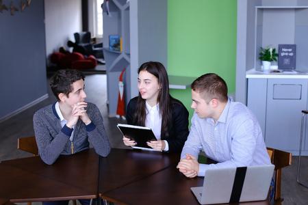Ufficio Moderno Gioiosa : La bella adolescente gioiosa con ordine sul laptop e molte