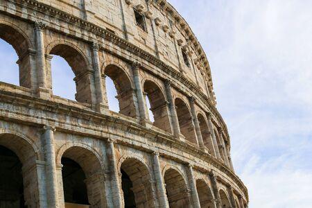 Primo piano Colosseo a Roma con nuvole sullo sfondo, Italia. Concetto di foto per cartoline e viaggi last minute in Europa, monumenti antichi.