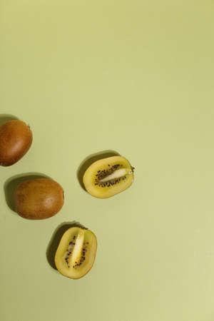 Kiwi,Slices of kiwi fruit on green background Standard-Bild