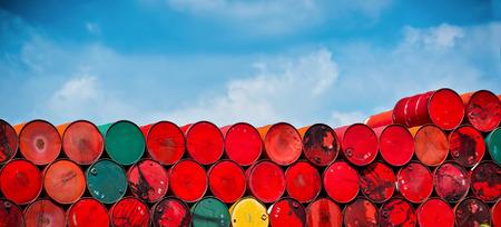 industria quimica: tanques de petróleo apilados en una fila