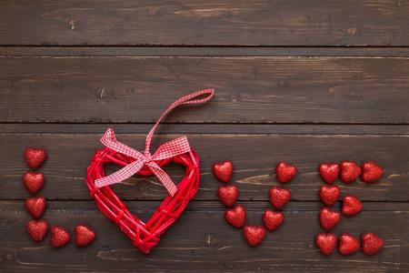 carta de amor: Palabra del amor de los corazones en un fondo de madera Foto de archivo