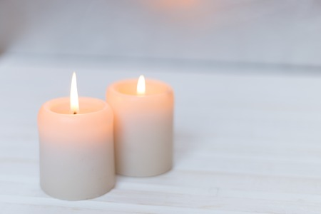 Candles on a white wood background Banque d'images