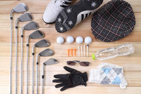équipement: L'équipement de golf sur le plancher de bois pour préparer bon jeu Banque d'images