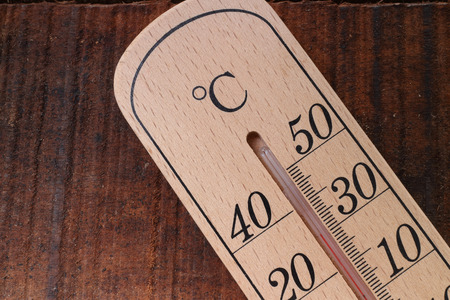 나무 테이블에 여름 온도