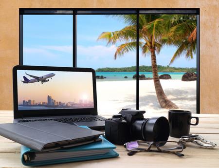 스크린 컴퓨터에서 비행에서 제트 여객기의 전망보기 바다와 해변을 찾고 위에 테이블과 창 시트 작업