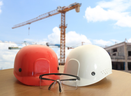 테이블과 작업 영역 배경 작업 토목 기사에 안전 헬멧 스톡 콘텐츠