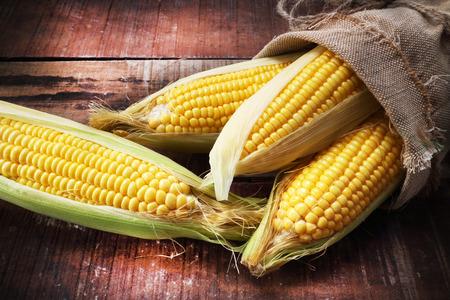 fresh corn on wooden table Stockfoto