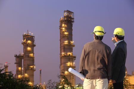 trabajador petroleros: dos ingeniero en el sitio Foto de archivo