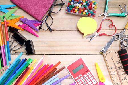 학교 및 사무실 나무 테이블에 고정합니다. 다시 학교 개념 스톡 콘텐츠