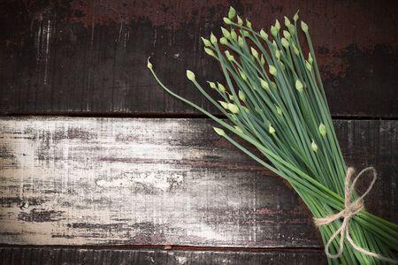 cebollin: floración cebollino ajo chino en mesa de madera Foto de archivo