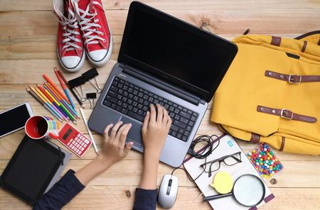 무선에 연결하는 동안 큰 스마트 폰을 들고 손을 닫습니다, 기술을 사용하여 사업가 사방 현대 로프트 나무 책상, 사람과 현대적인 장치에 앉아