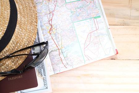 여행 개념, 여행, 돈, 여권,지도 나무 테이블에 대 한 준비