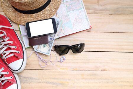 여행 개념, 여행, 돈, 여권 준비, 나무 테이블에 도로지도 스톡 콘텐츠