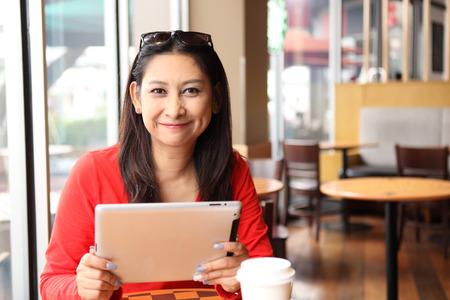 행복 한 기업가 거리에서 커피 숍에서 전화 및 태블릿 작업