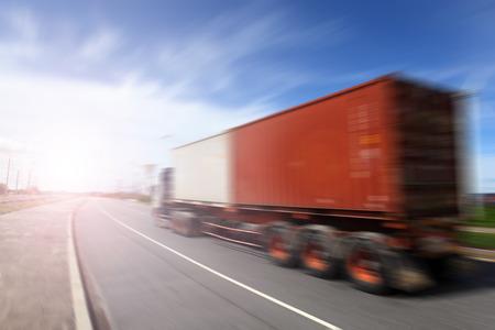camión: Grandes camiones genéricos exceso de velocidad en la carretera al atardecer - Industria Transporte concepto, contenedores grandes camiones Foto de archivo