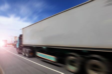 Generieke grote vrachtwagens snelheidsovertredingen op de snelweg bij zonsondergang - Transport industrie concept, grote vrachtwagen containers Stockfoto - 43770340
