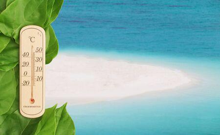 thermometer: El calor en la playa. Termómetro de temperatura tiempo.