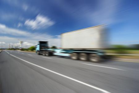 일반 고속도로에서 과속 고속 트럭과 트럭 - 전송 산업 개념, 큰 트럭 컨테이너 스톡 콘텐츠