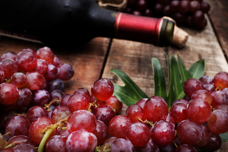des vins: Red wine and grapes in vintage setting