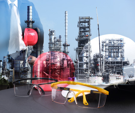industria petroquimica: Doble exposición del hombre ingeniería de pie con casco de seguridad rojo contra la refinería de petróleo en la industria petroquímica