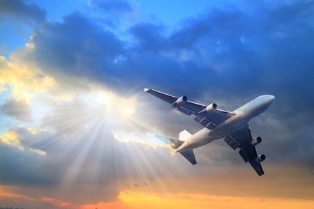구름 여객 비행기. 항공 교통 여행