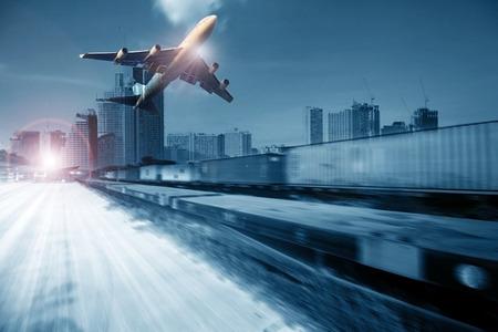 транспорт: контейнерные поезда, коммерческий самолет грузовой транспорт, летающие над использованием для логистической и транспортной промышленности фоне
