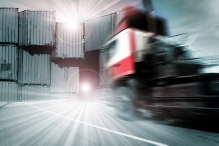 transport: Generieke grote vrachtwagens snelheidsovertredingen op de snelweg bij zonsondergang - Transport industrie concept, grote vrachtwagen containers
