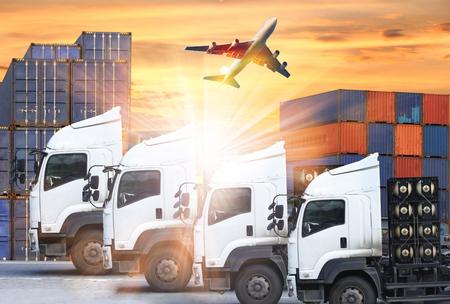 컨테이너 트럭 및 수출입 상업 물류의 운송화물 비행기 개념, 해운 비즈니스 산업 스톡 콘텐츠