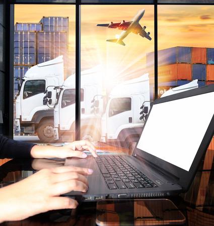 container truck en vracht vrachtvliegtuig concept van de import-export commerciële logistiek, scheepvaart industrie Stockfoto