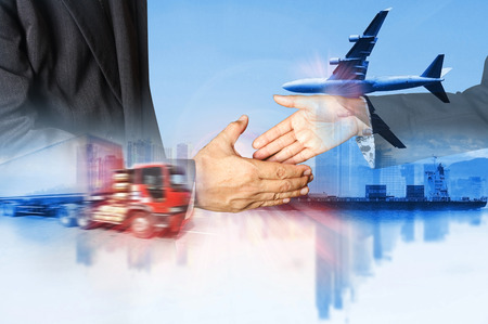 Dubbelexponering av framgång affärsman och containertruckar och godsfraktflygplan begreppet import och export kommersiell logistik, sjöfarten industrin