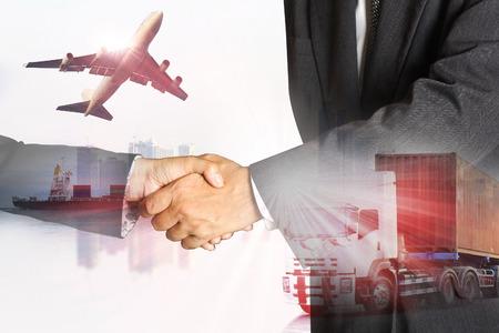 Dubbelexponering av framgång affärsman och containertruckar, fartyg i hamn och godsfraktflygplan i transport och import och export kommersiell logistik, sjöfarten industrin
