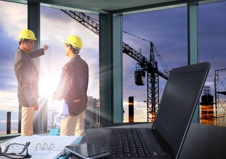 테이블 작업 사무실 및 엔지니어링 남자 일몰 장면과 서 건물 건설 실루엣 건물 배경 스톡 콘텐츠