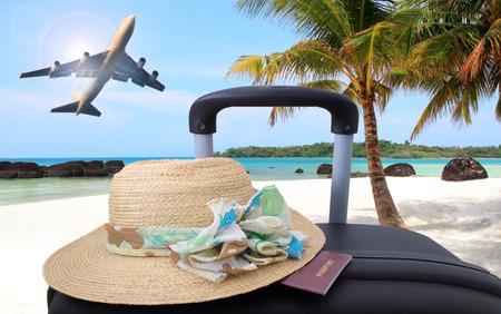 가방, 휴가, 모래 해변에 비치의 자에화물 개념 여행.