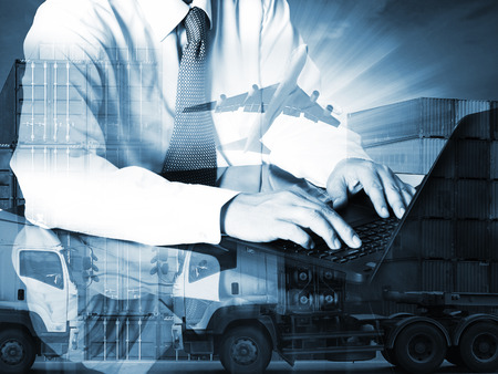운송 및 수출입 상업 물류의 포트 및화물 운송화물 비행기에서 컨테이너 트럭, 선박, 운송 사업 업계와 컴퓨터를 사용하여 성공 사업가의 이중 노출 스톡 콘텐츠
