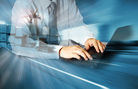 transportes: Doble exposición de hombre de negocios de éxito usando el ordenador con el carro del contenedor, barco en el puerto de carga y de carga plano en el transporte y la logística de importación y exportación comercial, la industria del negocio de envío