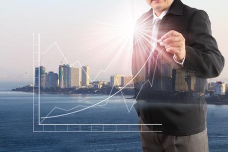 mano de hombre de negocios trabajando con tecnología moderna y efecto de capa digital como concepto de estrategia empresarial