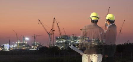 더블 노출 남자 설문 조사 또는 토목 엔지니어 이상의 지상 작업 스탠드 실루엣 건물 건설 사이트입니다. 시험, 검사, 조사