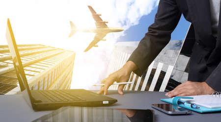 산업 여행 또는 물류 가져 오기 수출 개념을 가진 사무실에서 일하는 bussiness 남자