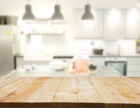 Empty wooden table and blurred kitchen background, product Stockfoto
