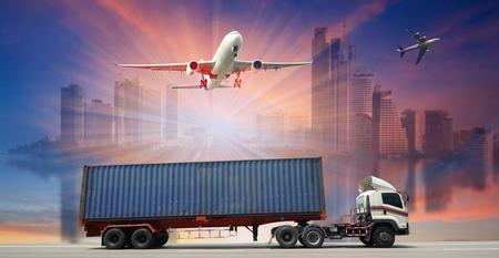 Container-LKW und Frachtflugzeug für Logistik- und Transportgeschäft fliegen für Logistic Import Export Hintergrund