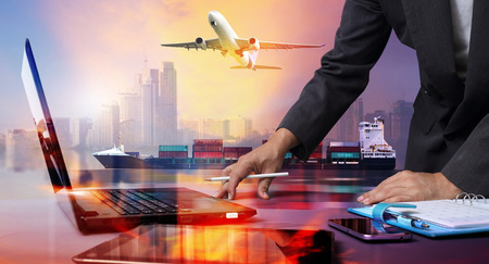 zakenman werken met Container Vrachtschip en Cargo vliegtuig met grote stad in zeehaven, logistieke import export achtergrond en transport.