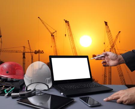 산업 4.0과 스마트 제조 개념입니다. 산업 인프라 배경 화면에 산업 4.0 프로세스 다이어그램 노트북 컴퓨터입니다.
