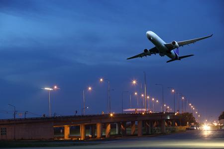 화이트 항공기는 밤에 공항 런 어웨이에서 출발