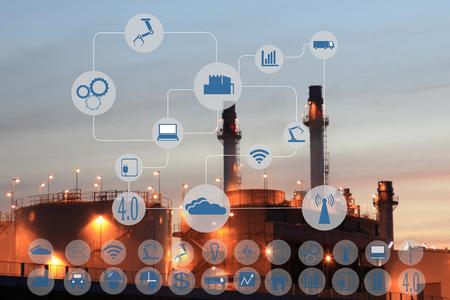 Industrie 4.0-concept image.Oil raffinaderij bij schemer met cyber en fysieke systeem iconen schema op industriële fabriek en de achtergrond infrastructuur.
