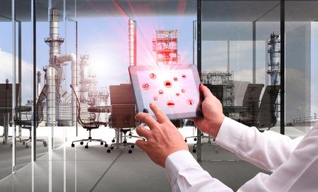 산업 4.0 개념 .Man 손 증강 현실 화면 태블릿을 들고와 정유 업계의 배경을 표시하는 스마트 factory.Window 산업 룸에서 무선 로봇 팔 소프트웨어를 자동화 스톡 콘텐츠