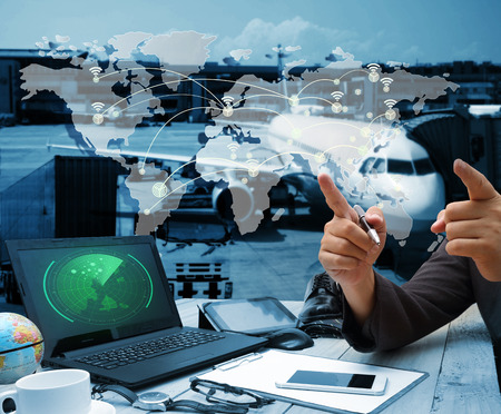Geschäftsmann Hand zeigt Logistik-Diagramm als Konzept und arbeiten im Büro mit digitalen Tablet-Laptop-Computer für Industrial Container Fracht Fracht Schiff für Logistic Import Export Konzept