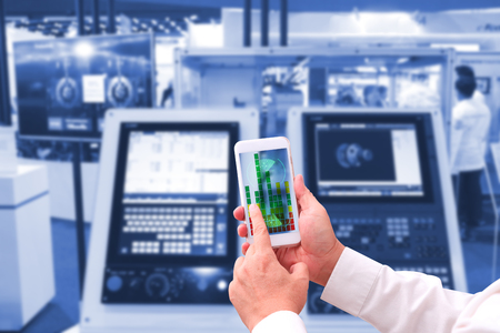 Industrie 4.0, concept Man Hand tablet met augmented reality screen software en blauwe toon automatische draadloze robot arm in slimme fabriek achtergrond. gemengde media Stockfoto