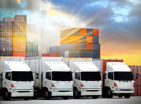 Vrachtwagens vrachtwagens laden lossen depot magazijn, Vrachtwagenvervoer Vracht vrachtvervoer Verzending Stockfoto