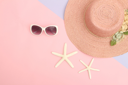 Vacation and travel items, top view,Variety beach accessories on color background. Standard-Bild
