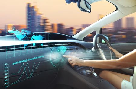 modo autodidacta de piloto automático, automóvil autónomo, vehículo que conduce el modo que conduce de uno mismo y una mujer conductora Foto de archivo